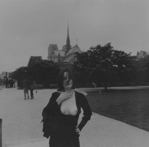 Demi-nue devant Notre Dame