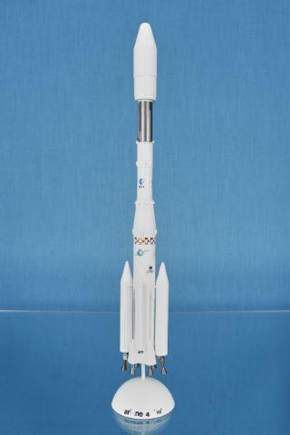 Maquette de la fusée Ariane IV au 1/100e  aux couleurs de l'ESA, d'Arianespace et du CNES