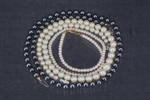 3 colliers de perles de culture et d'imitation