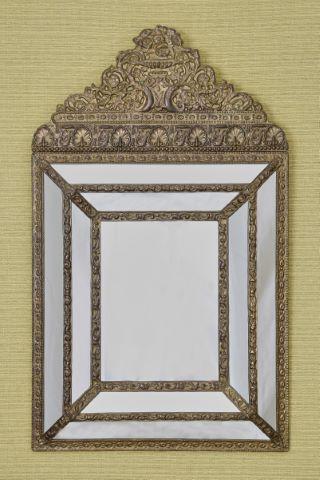 Miroir à parecloses et fronton de style Restauration