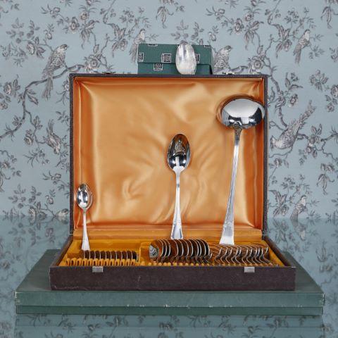 Un important ensemble de ménagères, couverts et accessoires de table en métal argenté et étain