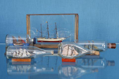 4 bateaux en bouteille + 1 maquette de l'U.S.S Constitution 1797