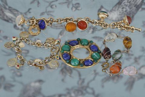 3 bracelets et 1 broche