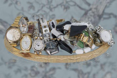 Ensemble de bijoux fantaisie [3] et montres [8]