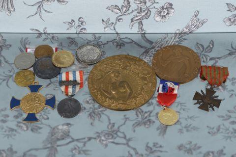 Ensemble de décorations et médailles