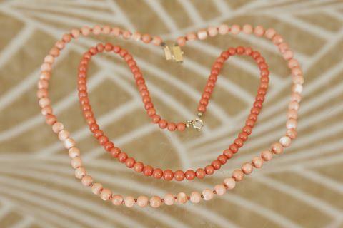 2 colliers de perles de corail