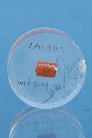 Exceptionnel bouchon (environ 1 x 1,5 cm) de bouclier thermique du module de commande ayant volé dans l'espace et récupéré après l'atterrissage du CM Columbia le 20 juillet 1969