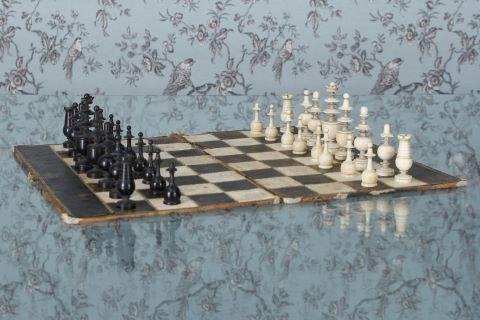 """Plateau et jeu d'échecs """"ayant servi à Napoléon I"""" selon la tradition familiale"""
