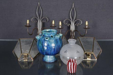 3 appliques en plaques de verre à fond miroir + 2 appliques fleurdelisées + 3 vases et pique-fleurs en verre et céramique