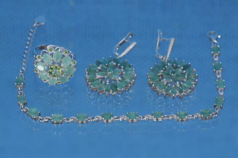 Parure comprenant 1 bracelet, 1 paire de pendants d'oreilles et 1 bague