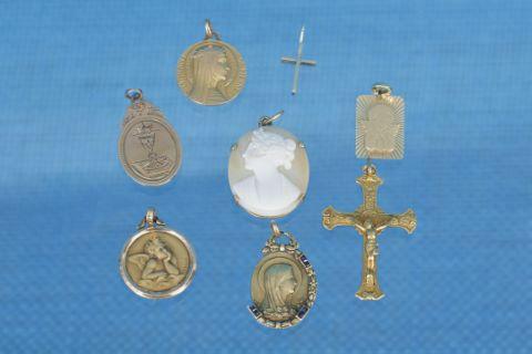7 pendentifs et médailles