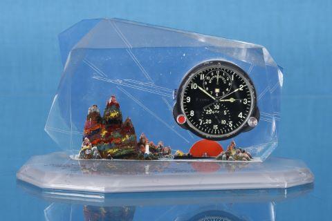 Horloge MIG soviétique à décor de sous-marin sur un fond de soleil levant et de montagne