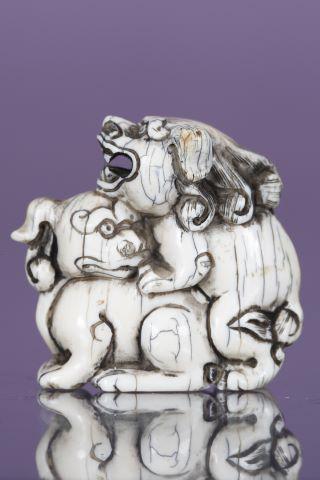 Netsuke figurant deux chiens de Fô