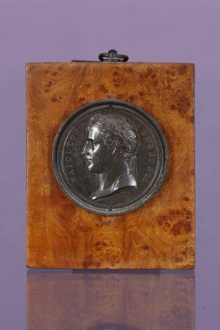 Médaille figurant un portrait de Napoléon Ier Empereur de profil, la tête laurée