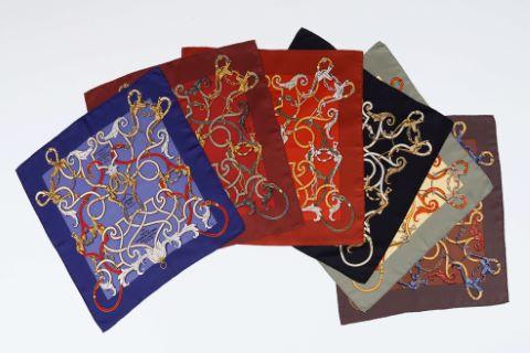 Suite de 6 foulards ou pochettes gavroche, modèle L'instruction du Roy, en l'exercice de monter a cheval - Par Messire Antoine de Pluvinel - Écuyer principal de sa Majesté