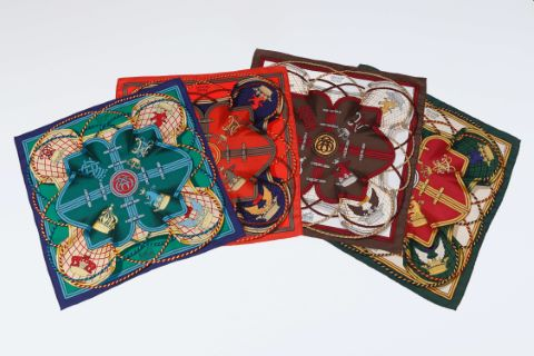 Suite de 4 foulards ou pochettes gavroche, modèle Grande tenue