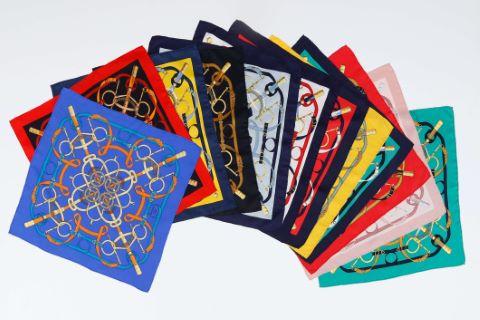 Suite de 12  foulards ou pochettes gavroche, modèle Eperon d'or