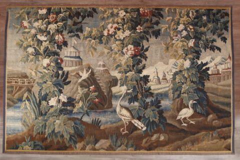 Verdure aux pagodes animée de grues et d'oiseaux près d'un paysage lacustre aux ponts