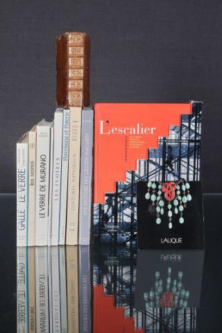 9 ouvrages de référence sur le verre (Gallé, Murano...), les ivoires, la porcelaine, les grands magasins...