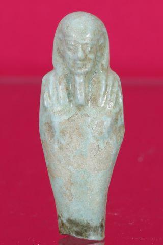 Shaouabti momiforme avec la coiffure tripartite, une barbe postiche et les bras en croix avec les instruments aratoires