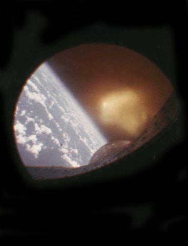 Vue du hublot lors de la rentrée atmosphérique de Gemini 2
