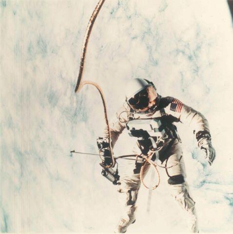 Ed White survole l'océan Pacifique durant la première sortie extravéhiculaire américaine