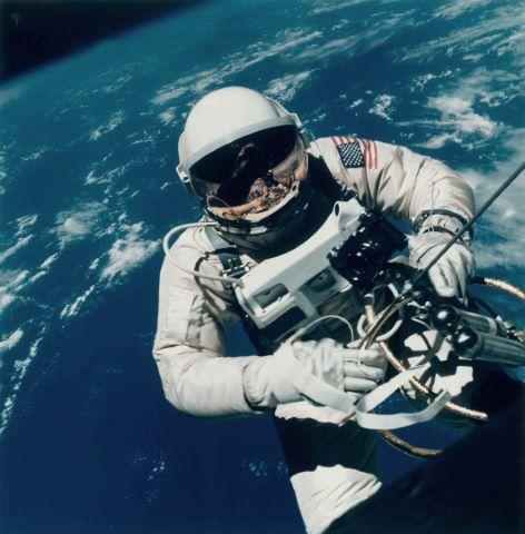 Ed White survole Hawaï durant la première sortie extravéhiculaire américaine