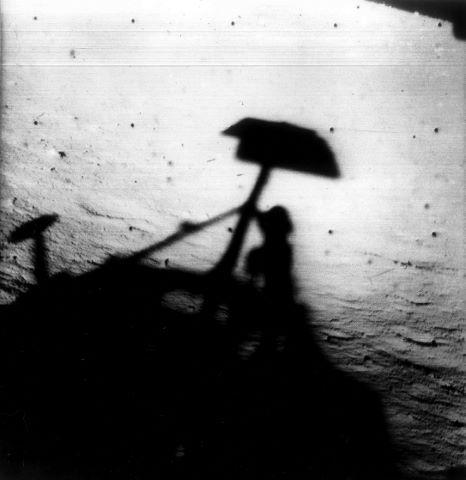 Vues de la surface lunaire dont une belle vue oblique lors de l'approche et l'ombre portée de Surveyor sur le sol