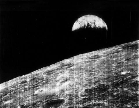 Première vue de la Terre depuis l'orbite lunaire