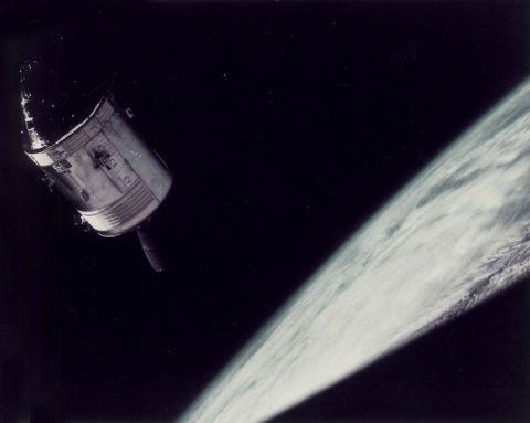 """Le Module de commande """"Gundrop"""" photographié depuis le module lunaire """"Spider"""""""