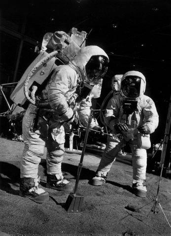 Aldrin et Armstrong à l'entraînement, le module lunaire en arrière-plan