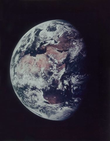 Vue de la Terre à 180 000 km de distance durant le transit vers la Lune