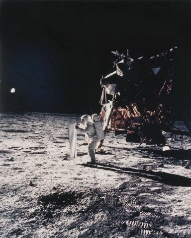 Première photographie d'un être humain sur la surface lunaire