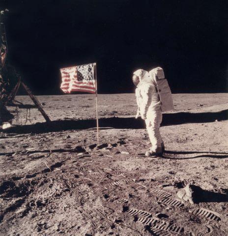 Buzz Aldrin à côté du drapeau américain