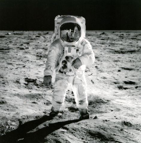 Grand format. Reflet de Neil Armstrong et du module lunaire sur la visière du casque de Buzz Aldrin
