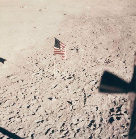 Vue du drapeau américain depuis le hublot du module lunaire