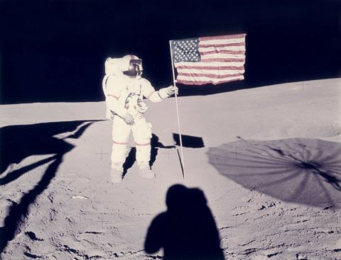 Alan Shepard et le drapeau américain