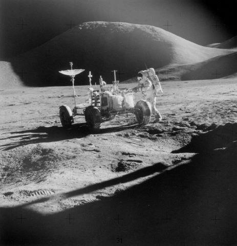 James Irwin et le Rover devant le mont Hadley