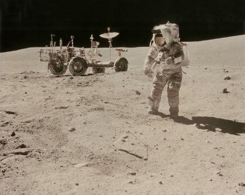 John Young, le Rover en arrière-plan