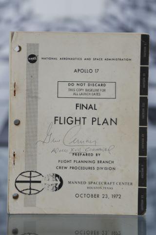 Plan de vol original de la mission Apollo 17 signé par son commandant, Eugene Cernan