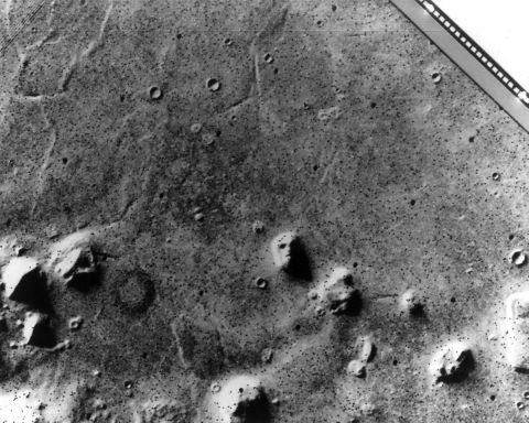 """Ensemble de 42 photographies de la planète Mars depuis l'orbite de la sonde comprenant le célèbre cliché """"Visage de Mars"""""""