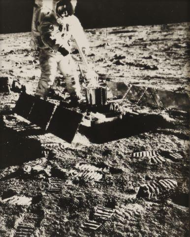 Buzz Aldrin installant le sismographe, Apollo 11