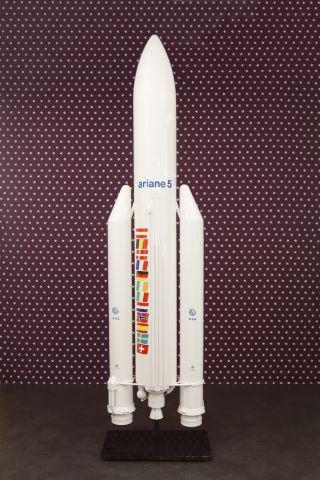 Maquette d'exposition de la fusée Ariane V au 1/20e aux couleurs de l'ESA et du CNES