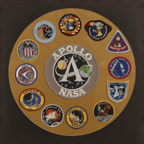 Ensemble de 12 patchs des missions Apollo et d'un grand patch central comémoratif