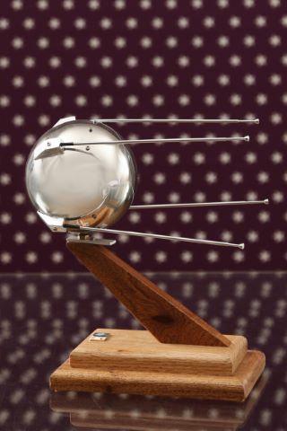 Maquette de Spoutnik avec antennes amovibles