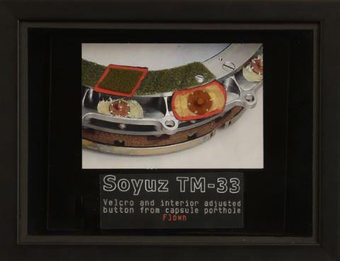 Morceau de hublot de la capsule Soyouz TM-33 ayant volé dans l'espace