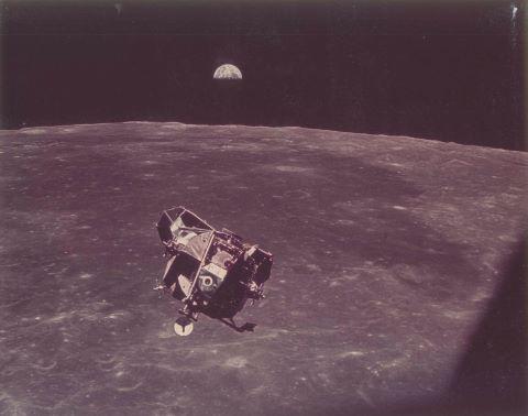 Le Module lunaire Eagle rejoint le module de commande, la Terre se lève à l'horizon, Apollo 11