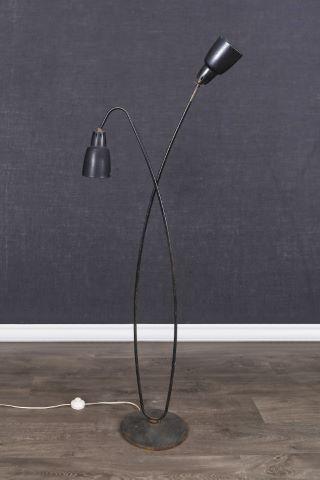 Lampadaire moderniste à deux bras de lumière
