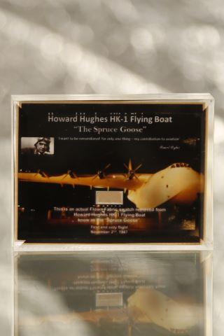 Morceau du tissu d'environ 1,7 x 0,4 cm utilisé sur la surface de l'avion HK-1 Howard Hughes