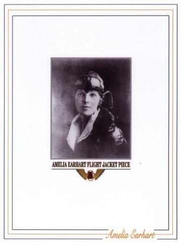 Fragment de tissu d'environ 0,5 x 0,7 cm d'une aile de l'avion Lockheed piloté par Amelia Earhart, première femme à avoir traversé l'Atlantique en avion